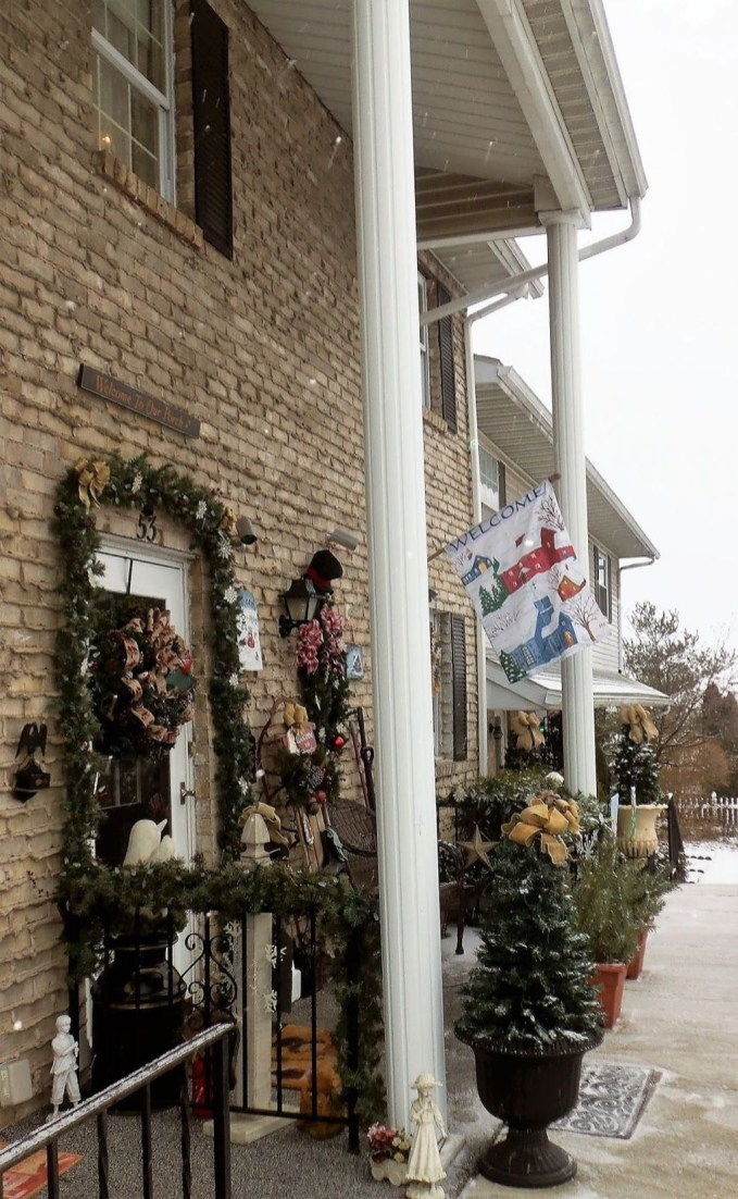 Lovely Winter Front Porch Decoration That Will Make Your Porch Looks Beautiful 18