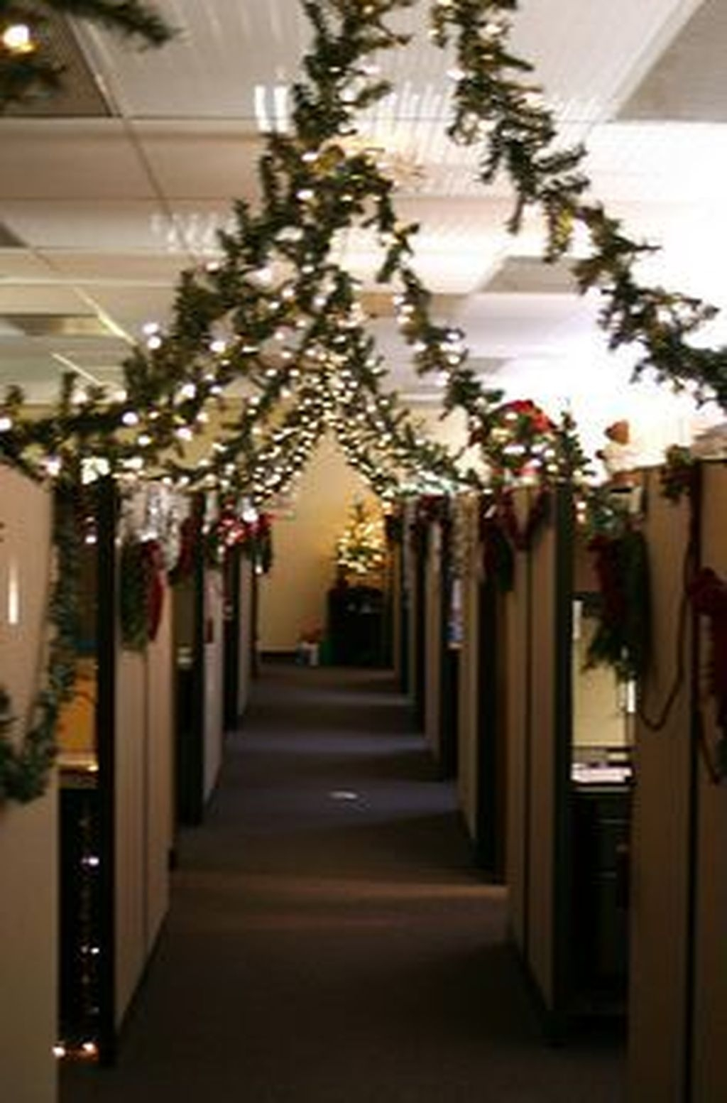 Stunning Winter Office Decorations That You Can Easily Make 04