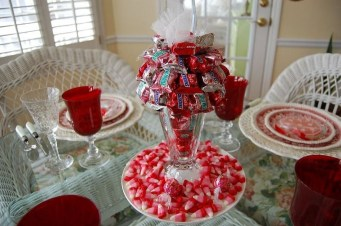 Romantic Valentines Day Dining Room Decor 34