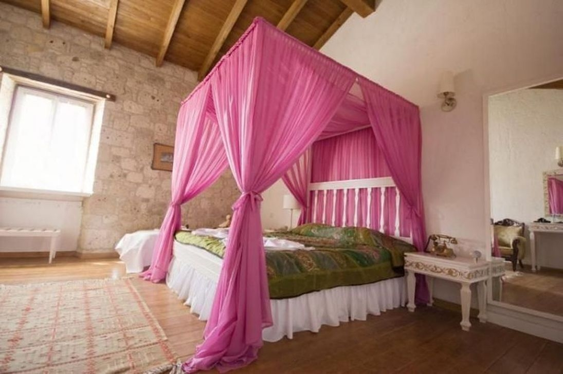 Romantic Bedroom With Canopy Beds 03