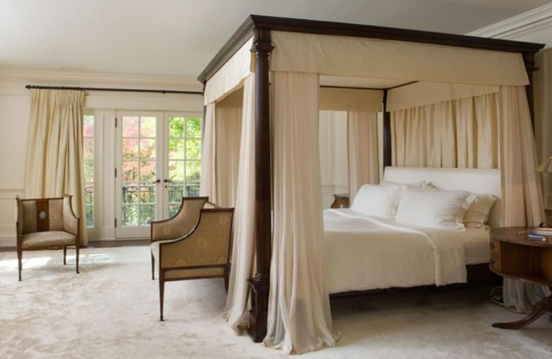Romantic Bedroom With Canopy Beds 16