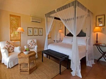 Romantic Bedroom With Canopy Beds 35