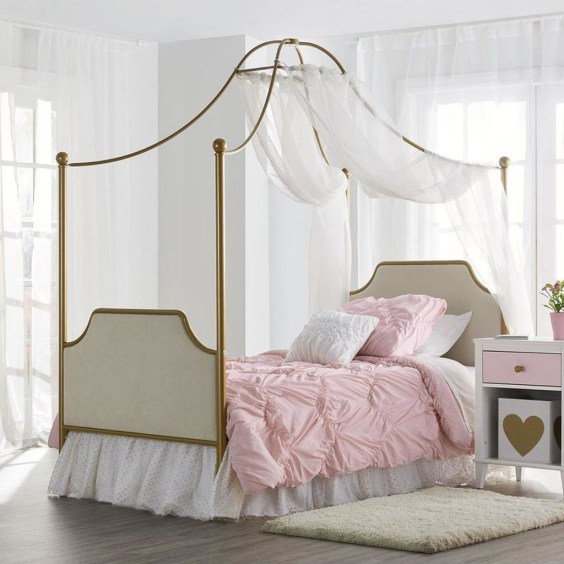 Romantic Bedroom With Canopy Beds 48