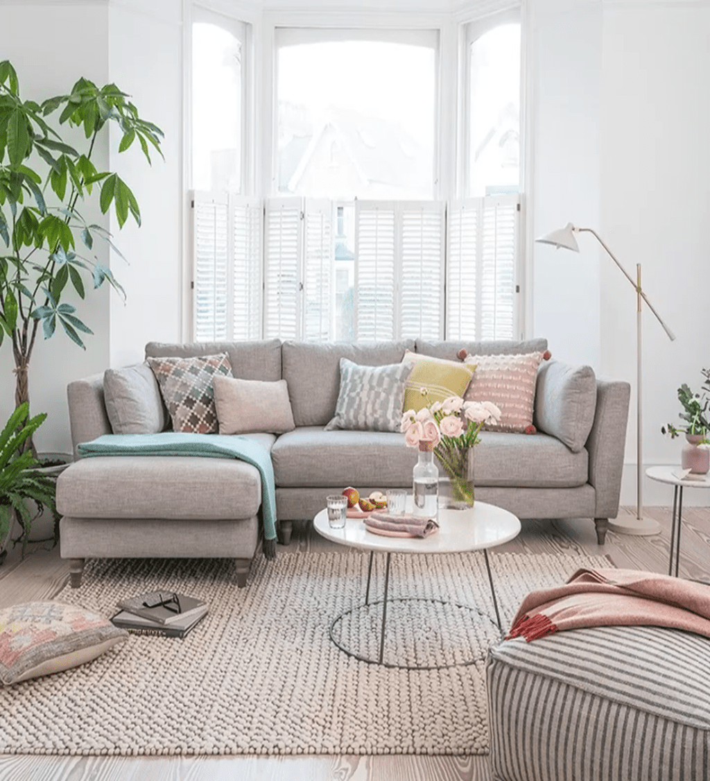 Fascinating Small Apartment Living Room Decor Ideas 24