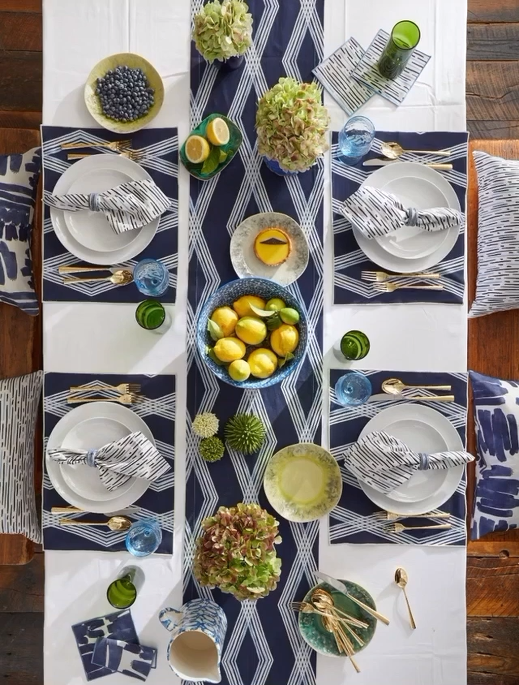 Amazing Summer Tablescapes For Dining Room Decor 02