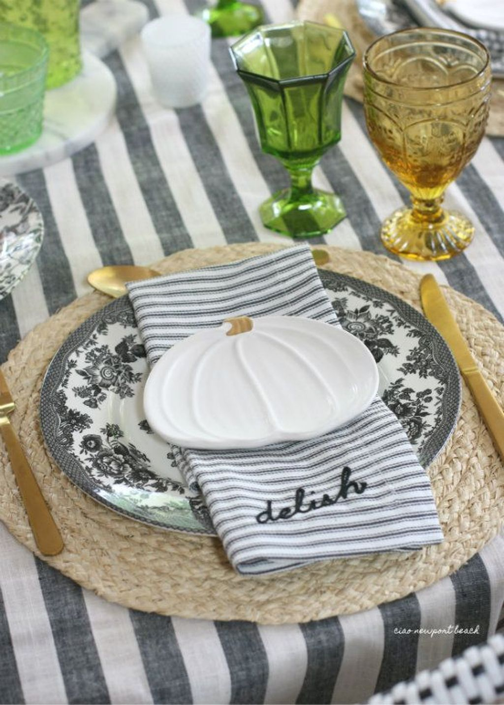Amazing Summer Tablescapes For Dining Room Decor 10