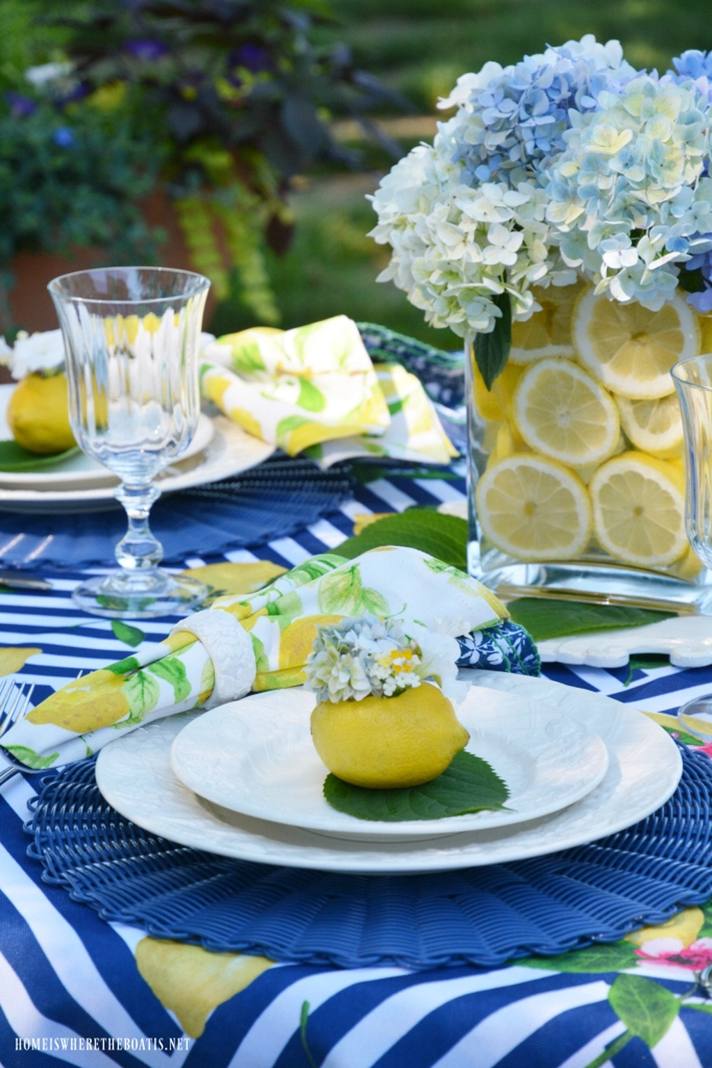 Amazing Summer Tablescapes For Dining Room Decor 21