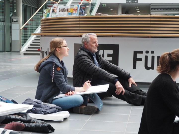 Das ist keine Yoga-Übung, sondern Freihandzeichnen bei den Stadtwerken.
