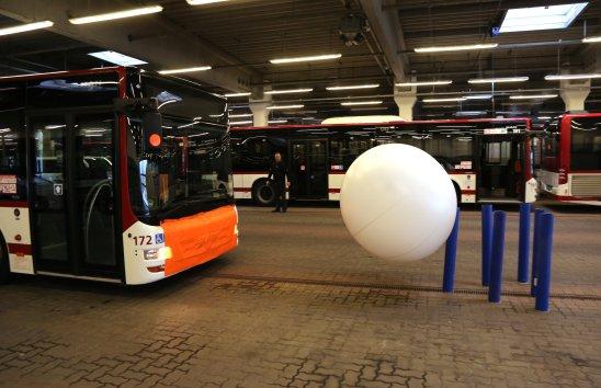 Treffer! Die Flugbahn des Balles beim Bus-Kegeln war nicht leicht zu berechnen.