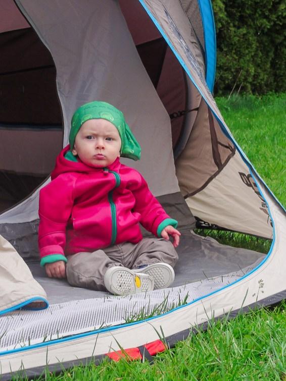 Nasza córka jako pierwsza testuje nowy namiot.