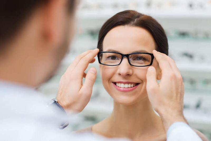 Kobieta w okularach progresywnych w optyku w swarzędzu