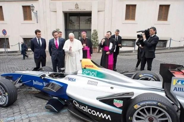 Papież Franciszek wzywa naftowych potentatów do przejścia na czystą energię