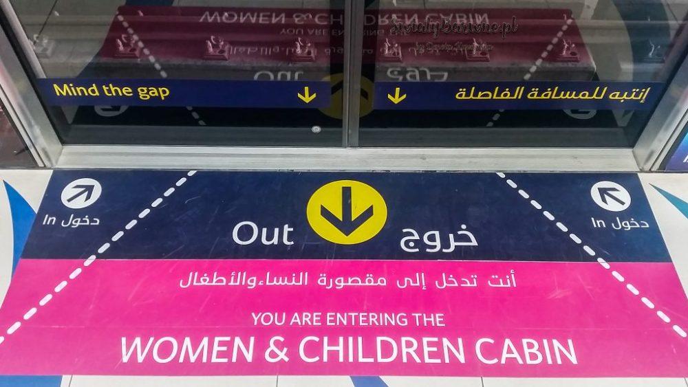 Wejście do wagonu dla kobiet i dzieci w metrze w Dubaju