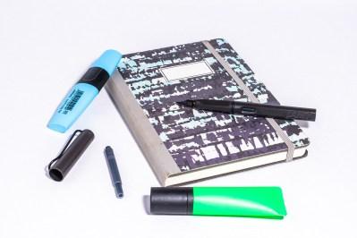 caderno e marcadores