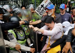 Opposition supporters confront riot security forces while rallying against President Nicolas Maduro in Caracas, Venezuela, on May 12, 2017. (Photo: Carlos Garcia Rawlins / Reuters)