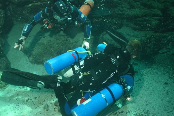 800px-Top_view_of_sidemount_diver_DSC_0078_Photo_by_Pete_Nawrocky