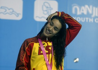 (140819) -- NANJING, Aug. 19, 2014 (Xinhua) -- Bronze metalist Africa Zamorano Sanz of Spain poses on the podium after women's 200m backstroke final event at the Nanjing 2014 Youth Olympic Games in Nanjing, east China's Jiangsu Province, Aug. 19, 2014. (Xinhua/Fei Maohua) (ljr)