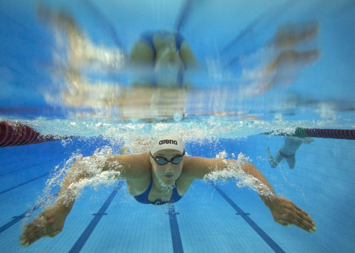 (140818) -- Nanjing,Aug 18,2014 (Xinhua) -- An athlete warms up ahead of match during Nanjing 2014 Youth Olympic Games in Nanjing, capital of east China's Jiangsu Province, on Aug. 18, 2014. (Xinhua/Fei Maohua)(zc)