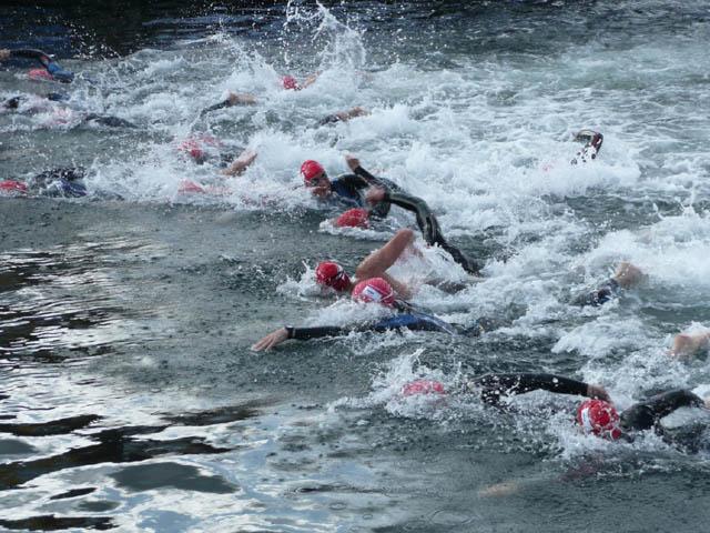 Billede af svømmere lige efter starten på Christiansborg Rundt 2009
