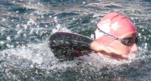 Svømmer, der kigger fremad under crawl for at holde den rigtige kurs
