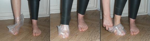 Sekvens med 3 billeder der viser, hvordan en våddragt bliver lettere at tage på med en plastpose på foden