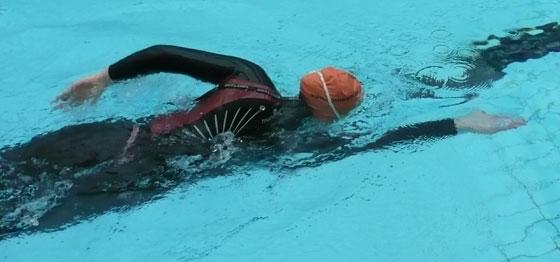 Eva svømmer crawl