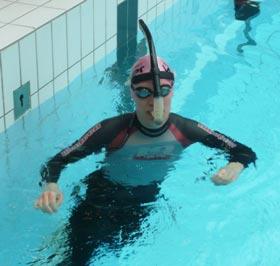 Svømmer med svømmesnorkel og våddragt