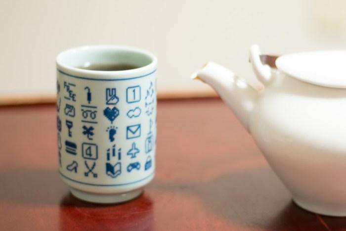 ドコモ絵文字湯呑みで熱いお茶を飲む