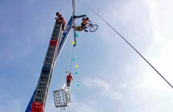 SkyRISE mit Himmelsleiter und Kistenturm 14 m