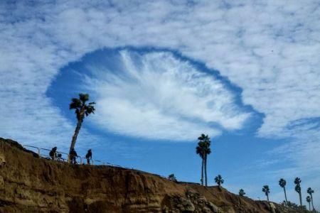 まるで穴が開いたよう…米上空で目撃された雲の形が不思議