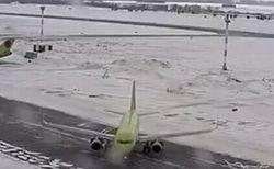 巨大な旅客機が凍結した路面でスリップ、制御不能に陥り90度以上も回転