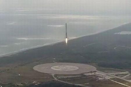 SpaceXがロケットの打ち上げに成功、空から舞い降り「垂直着陸」する姿を公開