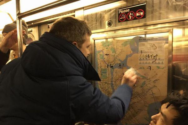 地下鉄に偶然乗り合わせたNY市民が、協力して「カギ十字」の落書きを消し話題に