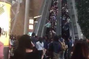 上りのエスカレーターが突然下りに逆走!香港で起きた事故の様子が恐ろしい