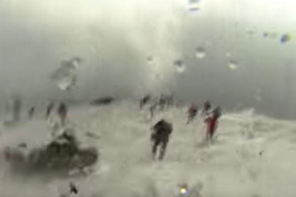 BBCのクルーがエトナ山爆発の瞬間に遭遇、噴石が降り注ぐ映像が恐ろしい