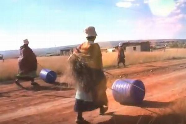 頭に乗せて水を運ばなくてすむよう…アフリカの人々の生活を便利する道具が素晴らしい