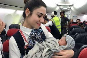 高度1万3000メートル上空で赤ちゃんが誕生、CAが出産を支援