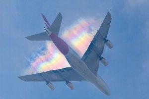 巨大な翼の背後に虹が出現、英で撮影された写真が美しい