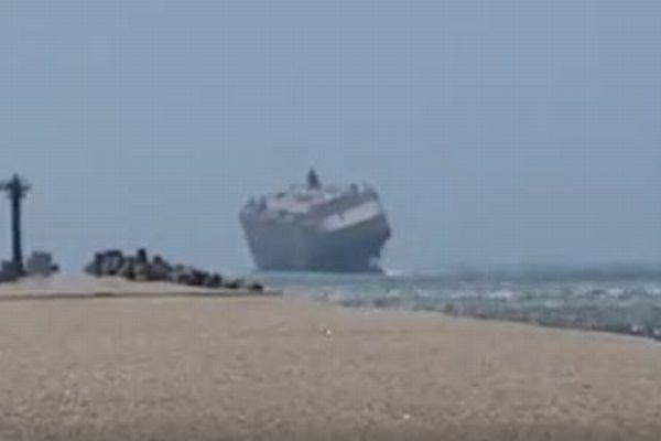 巨大な貨物船があわや転覆?沖合で大きく傾く様子が恐ろしい