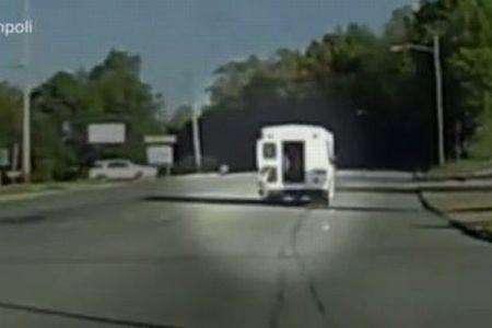 前方を走るバスから女の子が落下、投げ出される瞬間の映像がショッキング