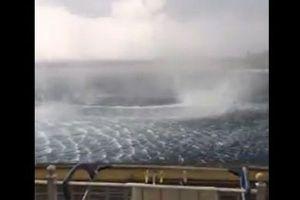 ギリシャの海で発生した暴風、海面に巨大な渦を描く姿が恐ろしい