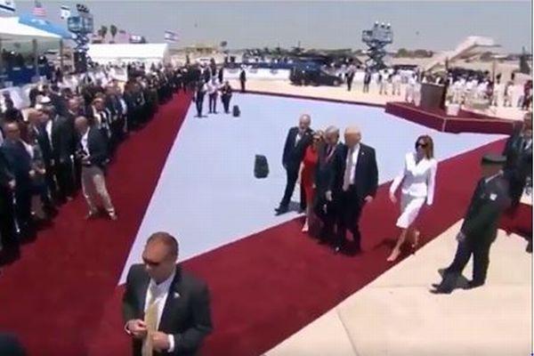 手をつなごうとしたらピシャリ!トランプ大統領がメラニア夫人から拒否される