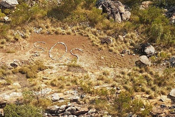 豪で謎の「SOS」のサインを発見、警察が捜索するも付近に人影なし