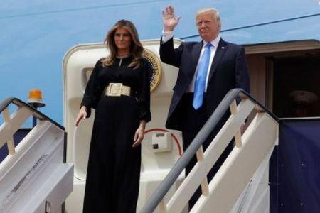 サウジアラビアでメラニア夫人がスカーフを着用せず、しかしメディアは絶賛