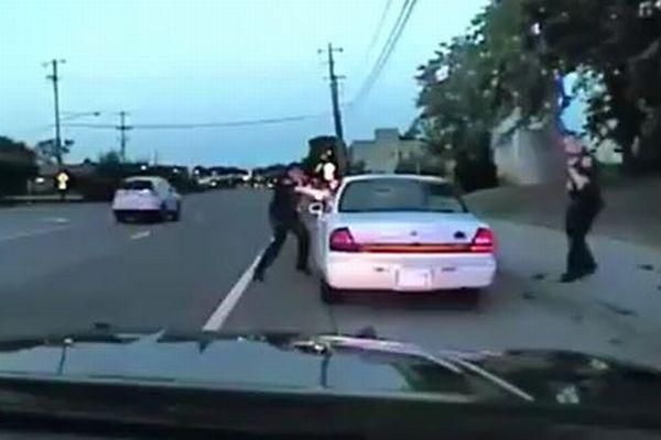 ネットで配信された黒人射殺事件、警察が公表した新たな映像がショッキング