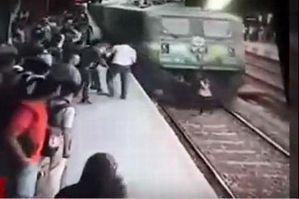 【閲覧注意】まさにミラクル!電車に背中を押されひかれた女性が軽傷ですむ