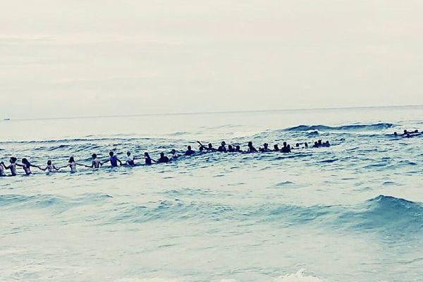 ビーチにいた70人が「人間の鎖」を作り、沖へ流された人々を救出