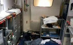 機内のハッチを開けようとした男をCAがワインの瓶で殴打、乗客も協力し事故を防ぐ