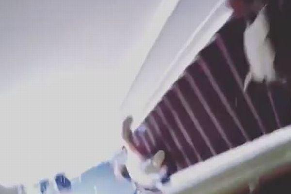 民泊施設の白人オーナーが、黒人の女性客を階段の真上から突き落とす【動画】