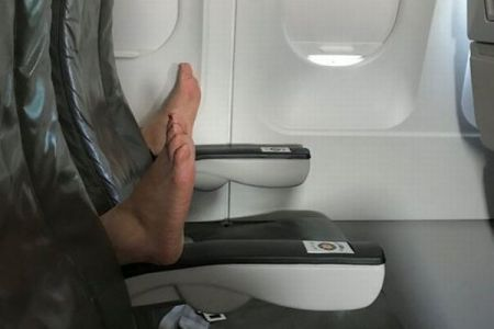 機内の肘掛に突然素足が…ある乗客が直面した最悪のマナーが衝撃的
